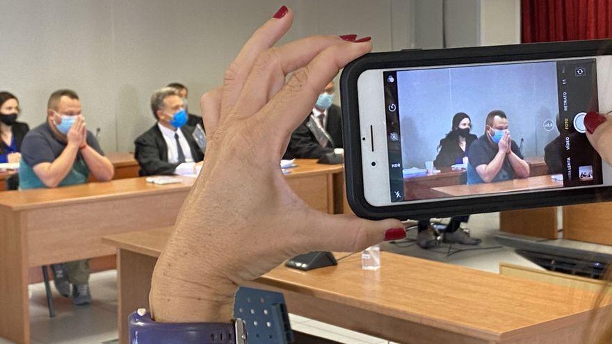 Una assistent al judici celebrat la setmana passada fa una foto a l'acusat dels fets