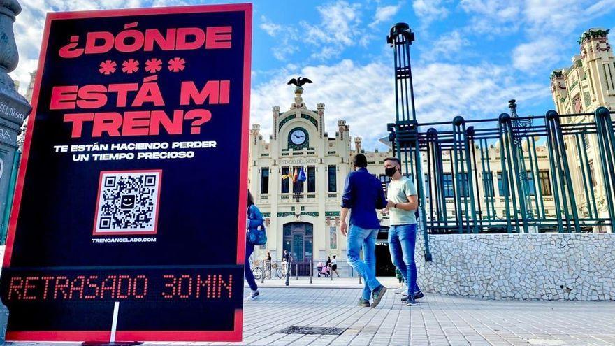 El diputat de Compromís, Fran Ferri, entrega un fullet informatiu a l'Estació del Nord de València