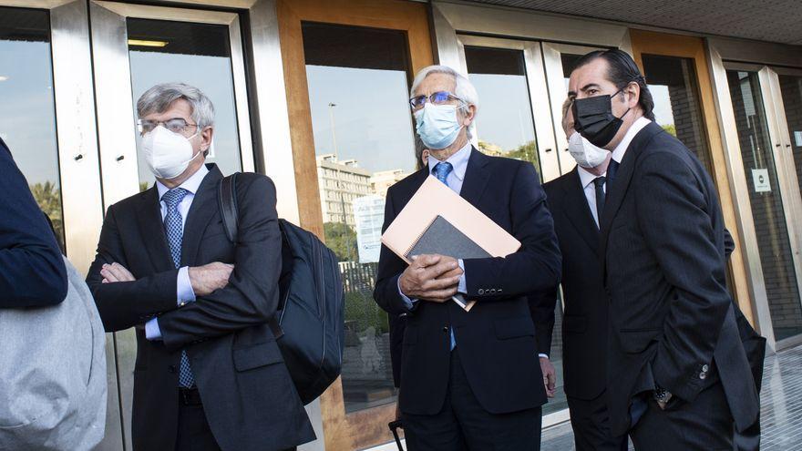 L'expresident d'Escal UGS, Recaredo del Potro (centre), i el conseller delegat, José Luis Martínez Dalmau (esquerra), a l'arribada al judici acusats de delicte mediambiental