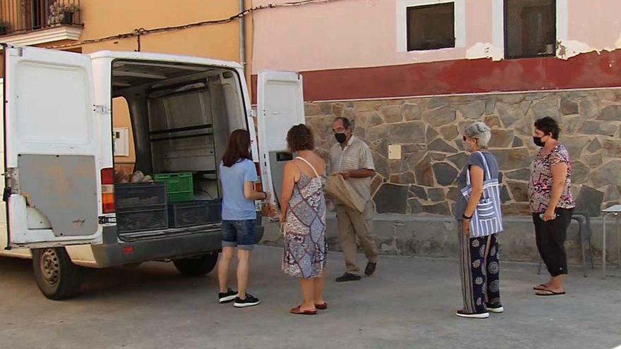 Diversos veïns de la Font de la Reina compren el pa al forner ambulant aquest dimecres