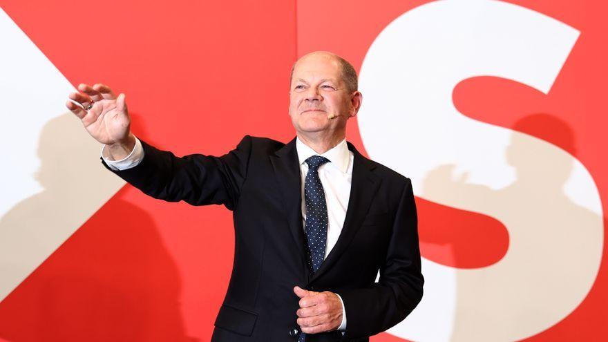 Olaf Scholz, candidat dels socialdemòcrates alemanys (SPD) a canceller, saluda els seus partidaris com a reacció als resultats inicials