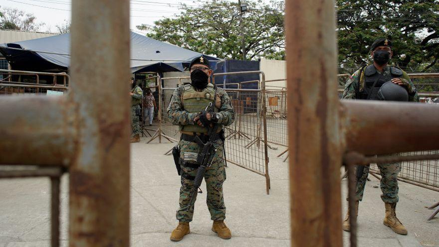 Militars patrullen la presó equatoriana de Guayaquil