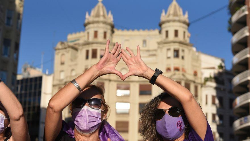Dues dones participen en una manifestació feminista, en una imatge d'arxiu
