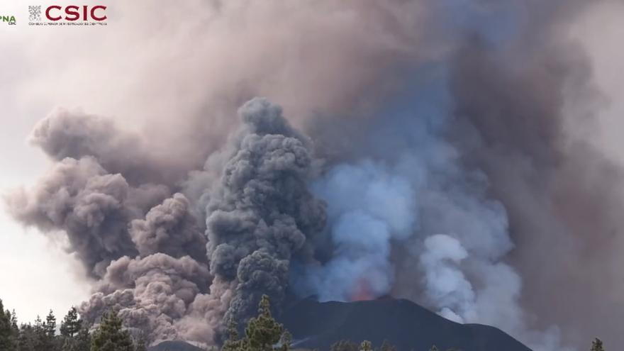 L'espessa columna de fum i cendra continua elevant-se sobre el volcà