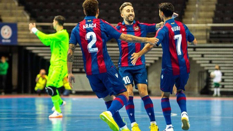 Rivillos celebra el 0-3 amb Araça i Rubi