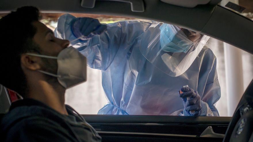 Una infermera li fa una prova PCR a un jove a Ourense