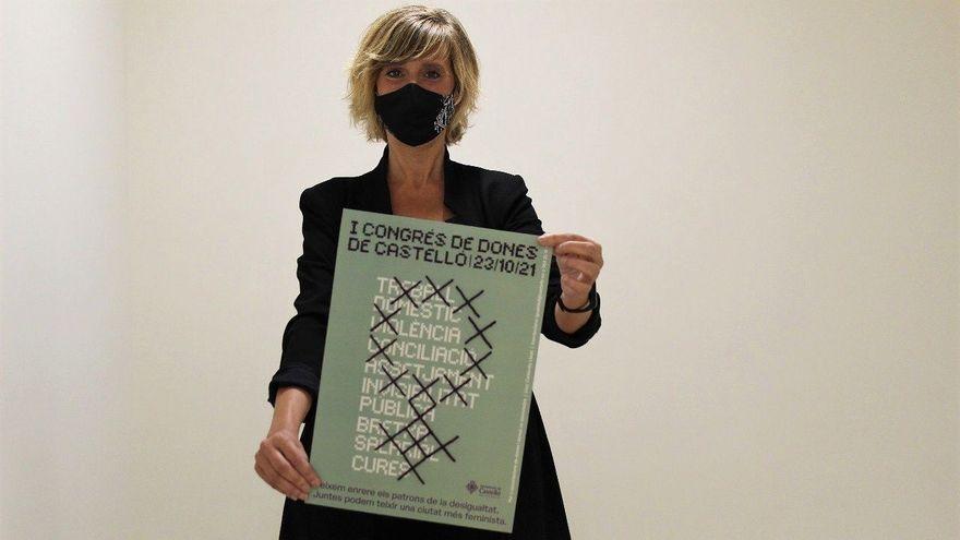 La regidora de Feminisme de l'Ajuntament de Castelló de la Plana, Verònica Ruiz, amb el cartell del congrés
