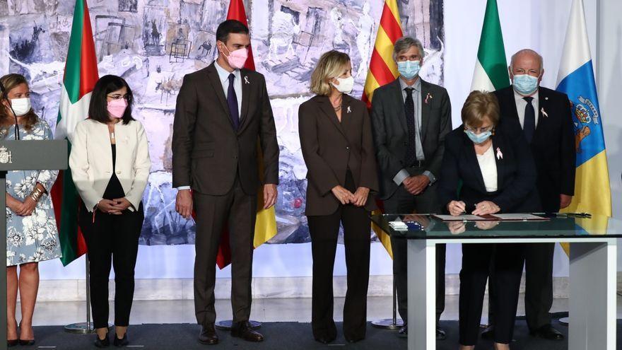La consellera de Sanitat, el president del govern i representants de la Fundació Amancio Ortega firmant el conveni