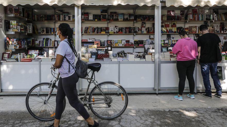 Una persona passa per davant de la inauguració de la 56 Fira del Llibre de València als Jardins de Vivers